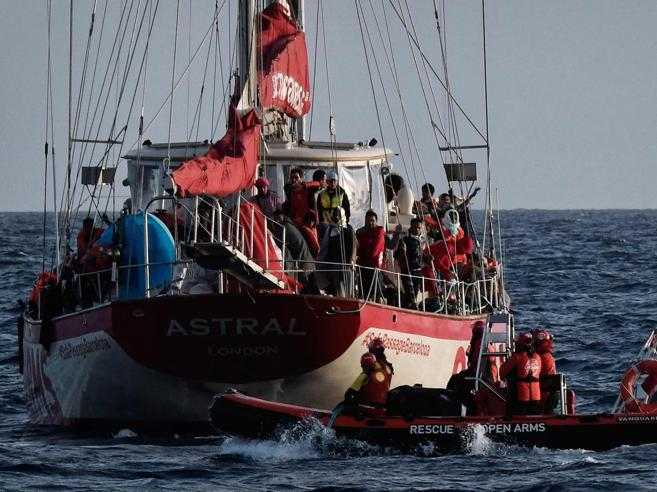Migranti, donna alla deriva da 48 ore recuperata in vita da una Ong spagnolaSalvini insiste: «Per loro porti ...