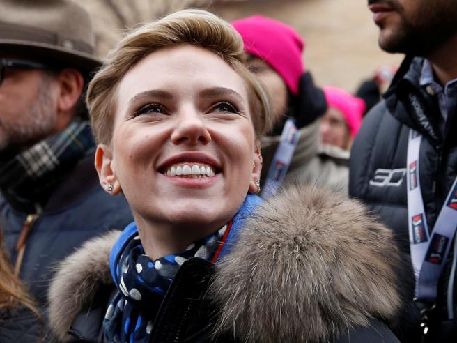 Scarlett Johansson non sarà trans sul set. Travolta dalle critiche