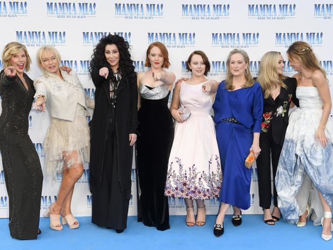 «Mamma Mia! Ci risiamo», alla premiere di Londra c'è tutto il cast. Il bacio di Cher e Meryl Streep