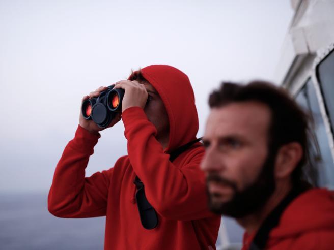 Migranti, Open Arms fa rotta verso la Spagna: «Non ci fidiam