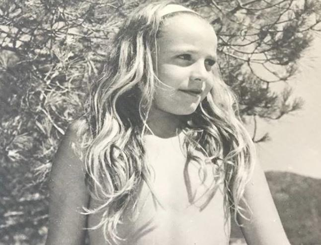 Bionda, capelli lunghi, a Rapallo in vacanza tanti anni fa: riconoscete la bimba della foto?