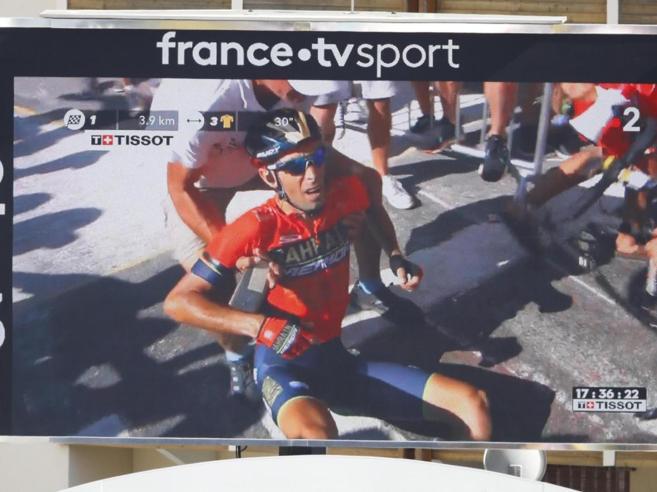 Nibali  cade e si ritira dal Tour «Frattura vertebrale»Trav