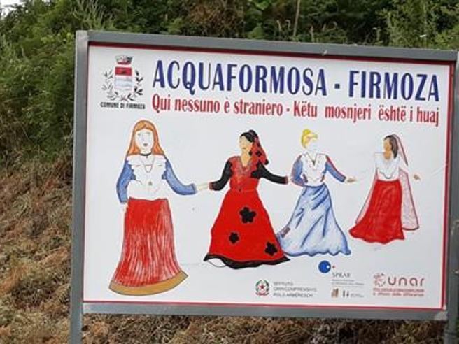Acquaformosa campione di accoglienza, sei cartelli in paese: «Qui nessuno è straniero»