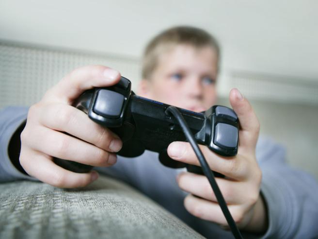 Più della metà dei genitori fa giocare i propri figli a videogiochi vietati ai minori di 18 anni