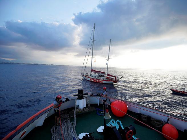 Migranti, Open Arms denuncia Libia e Italia: «Da loro omissione di soccorso»