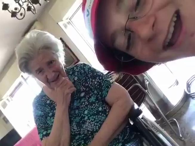Il nipote suona il piano e la nonna   con l'Alzheimer sorride