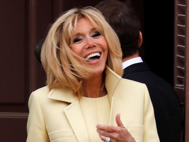 Brigitte Macron, la sua pettinatura cotonata simbolo di potere. Come per Maria Antonietta, Callas e Streisand