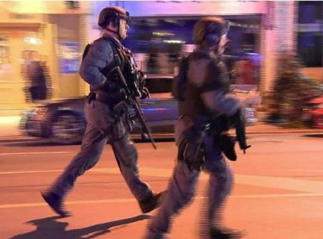Toronto, sparatoria in centro: morte  ragazza di 18 anni e una bimba.   Ucciso l'attentatore|video