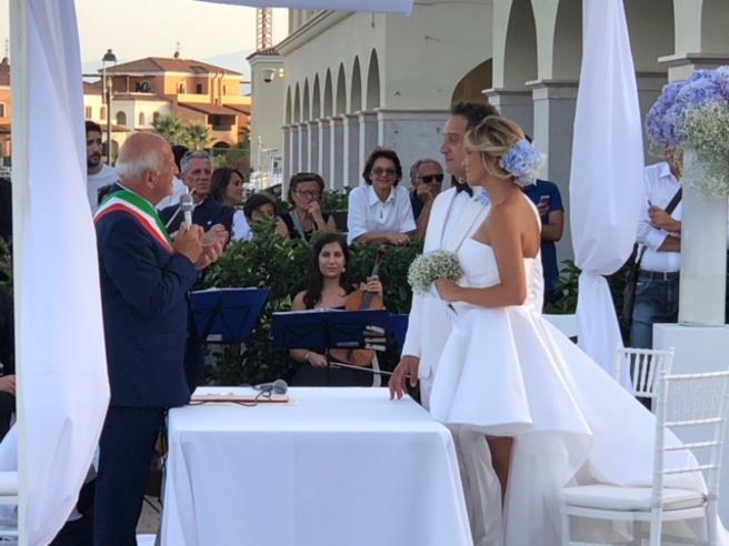 Claudio Santamaria e Francesca Barra sposi a Policoro: e lui le fa la serenata