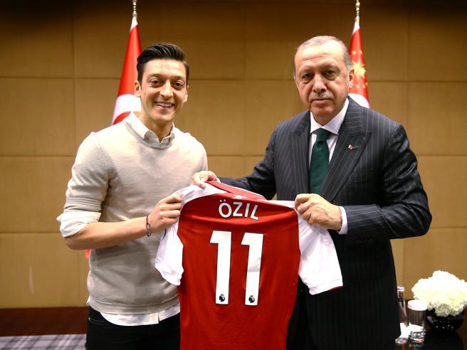 Ozil, addio alla nazionale tedesca «Se vinco sono ritenuto tedesco se perdo un immigrato»
