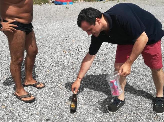 Il sindaco pulisce la spiaggia Ma sui socialla città si divide