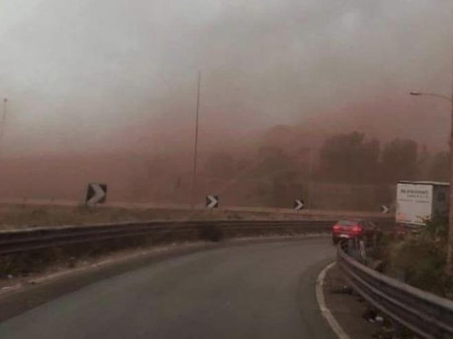 Taranto, il vento solleva  le polveri dell'Ilva: abitanti costretti in casa