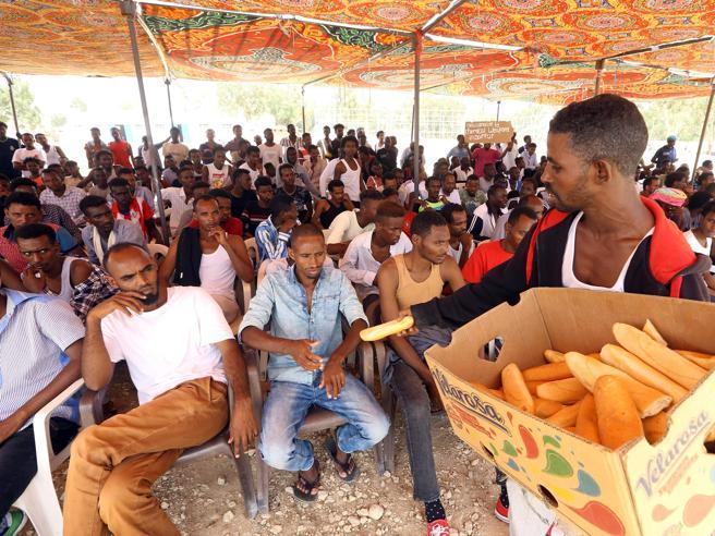 Migranti, gli sbarchi lacerano l'Italia ma lo Stato «debole» spaventa di più