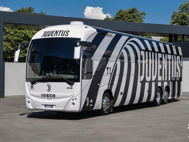 Juventus, ecco il nuovo pullman ufficiale ispirato all'onda bianconera