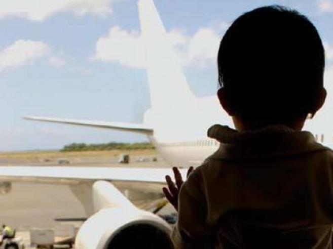 Il traffico di bambini «rubati» corre con gli aerei di linea