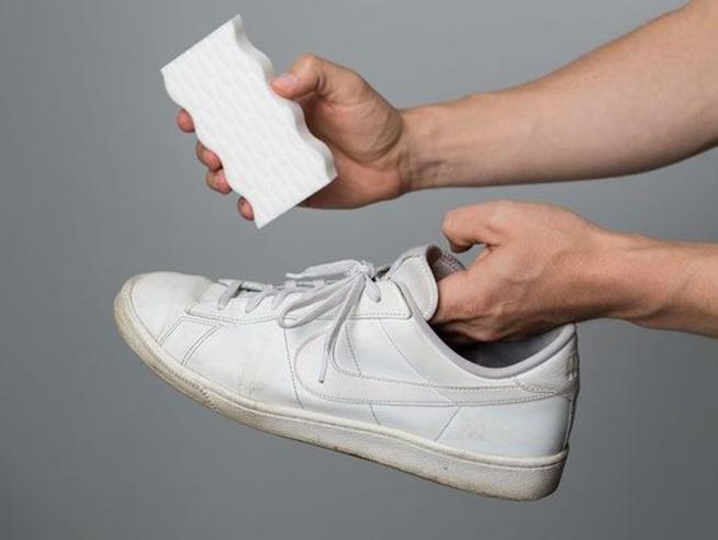 Sneakers bianche, tutti i trucchi per averle sempre pulite (e come nuove)