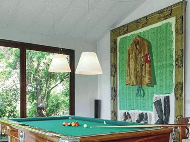 «Offesa dal dipinto nazista»E Airbnb cancella la villa di lusso