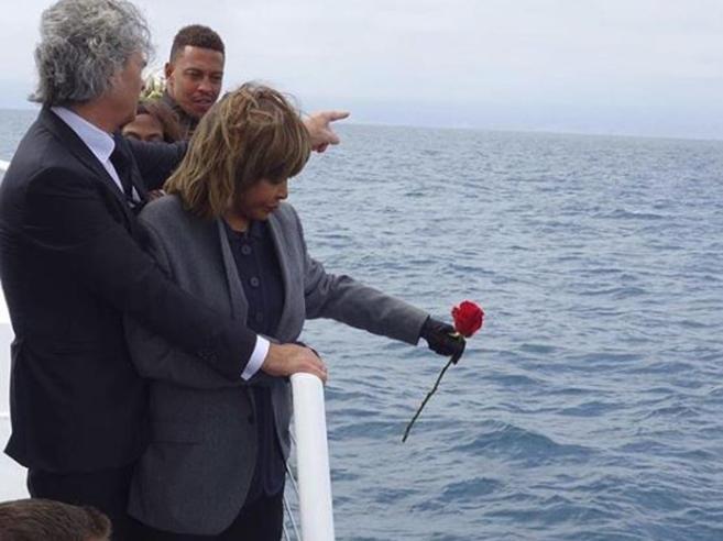 L'addio in mare di Tina Turner al figlio suicida: «Il mio momento più triste come madre»