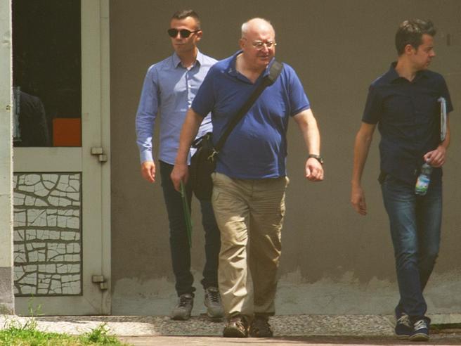 «Non può stare qui»: il paesesi mobilita contro il prete accusato di pedofilia  | Il video