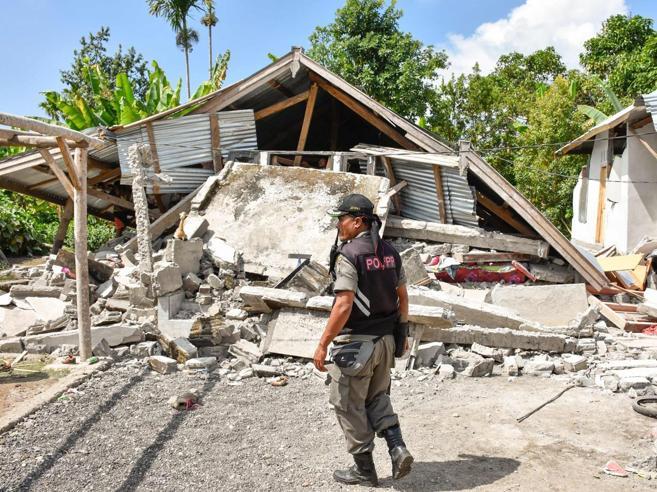 Terremoto in Indonesia, 16 morti Intrappolati 560 escursionistiEdifici distrutti, tanti sfollati: foto