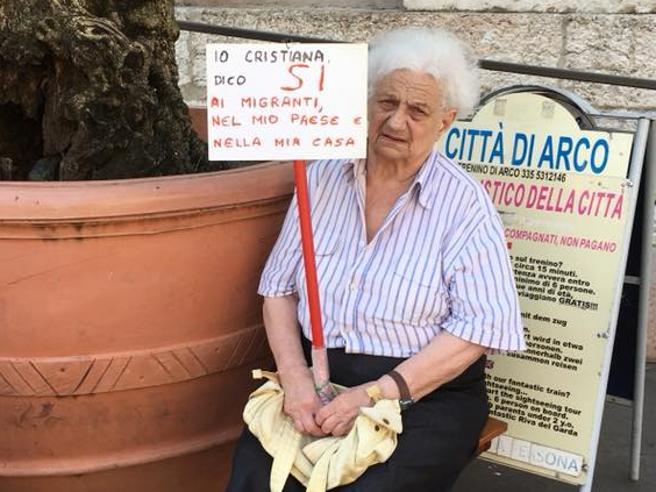 Arco, il sit-in della 83enne di fronte alla chiesa: «Sì ai migranti»