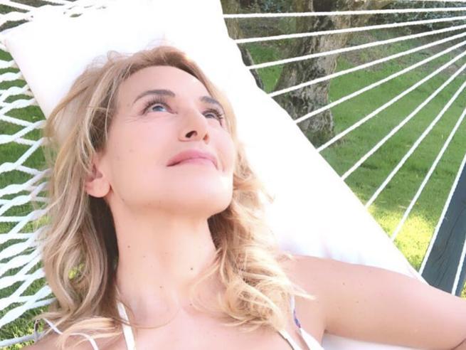 Barbara d'Urso: un'estate tra il set, il mare e la cura dell'orto