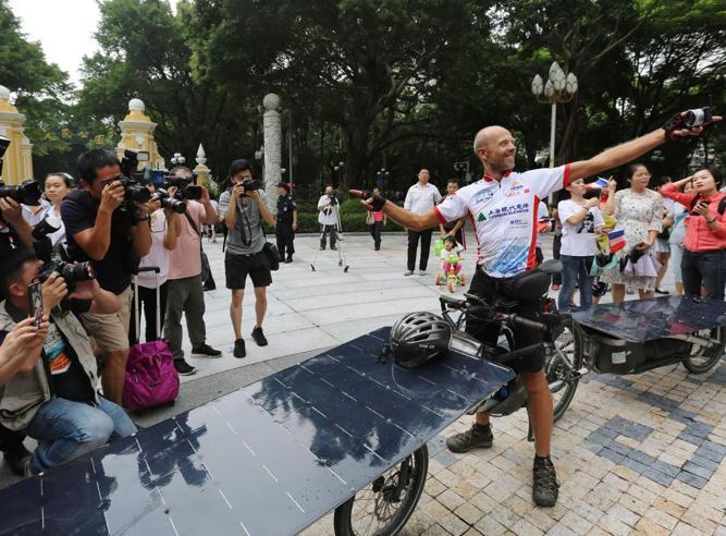 Francia-Cina in 49 giorni con una e-bike a energia solare. Un belga vince la gara inaugurale