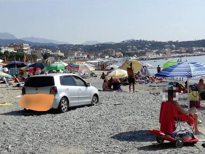 Albissola, turisti vanno al mare e parcheggiano in spiaggia Video