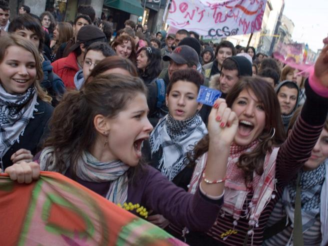 """Milano, il Comune """"sfida"""" la Regione: preservativi gratis nelle biblioteche"""