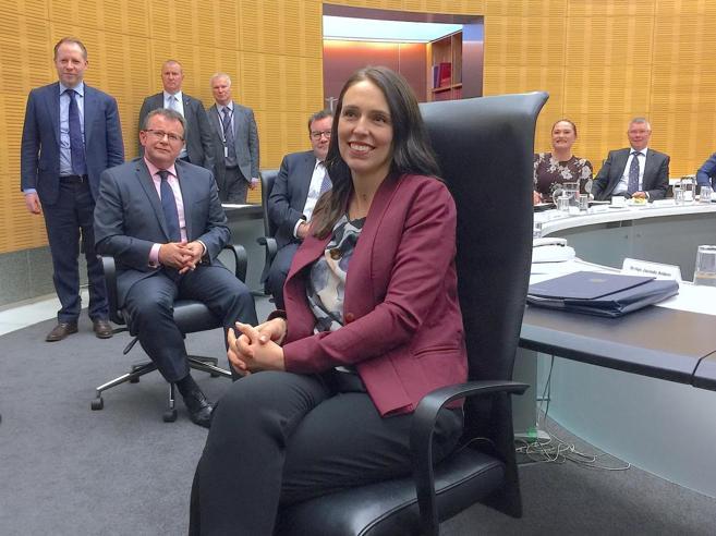 La premier neozelandese  al lavoro 6 settimane dopo il parto