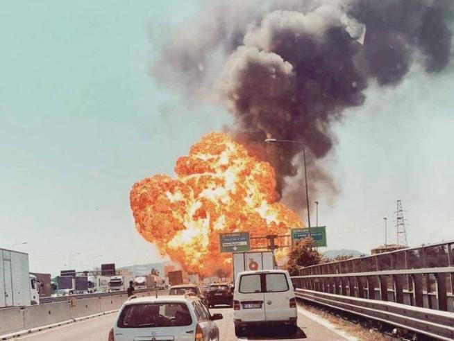 Incidente a Bologna: camion in fiamme in A14, esplosione e feriti