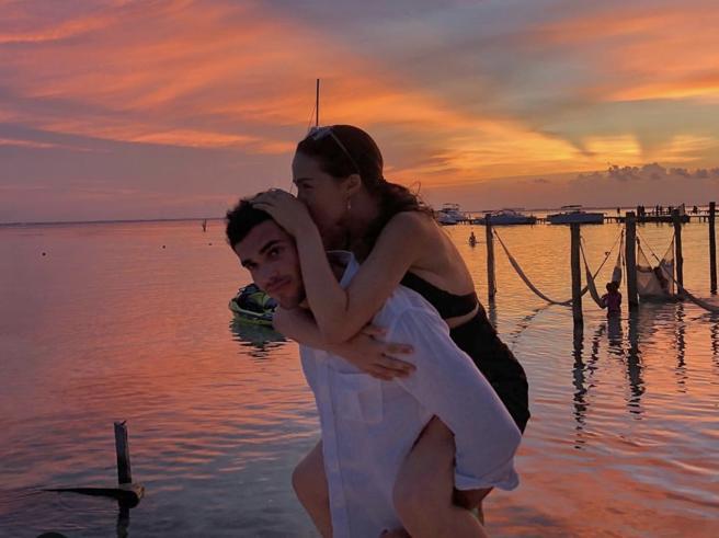 Aurora Ramazzotti (felice) ai Caraibi con il fidanzato Goffredo Cerza