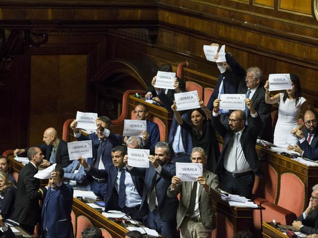 Decreto dignità, via libera del Senato tra cartelli e cori da stadio  Le nuove norme