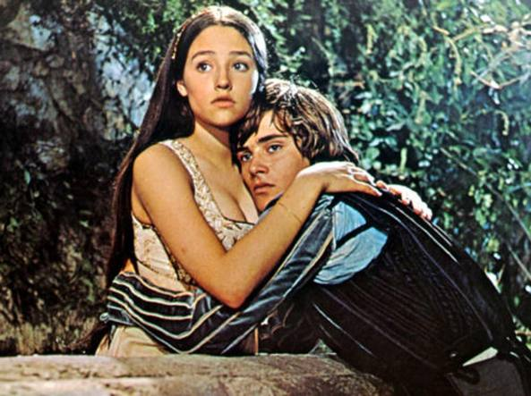 Olivia Hussey e Leonard Whiting in una scena del film