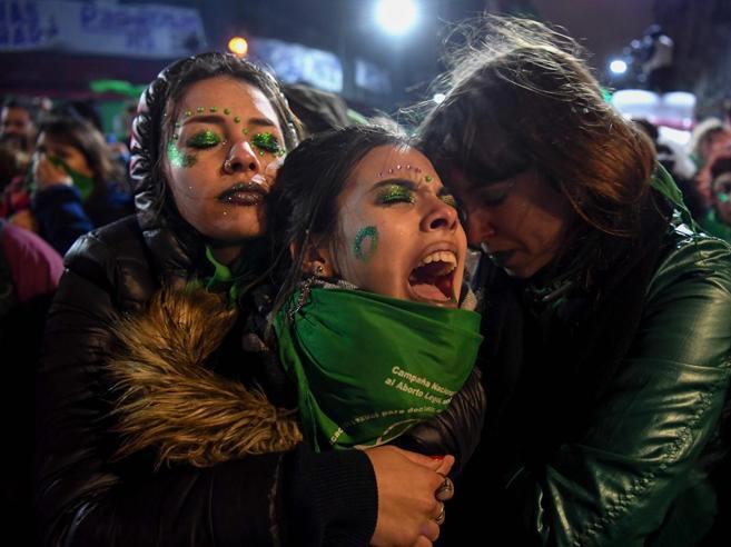 Non passa l'aborto nell'Argentina di Papa Francesco, proteste in piazza
