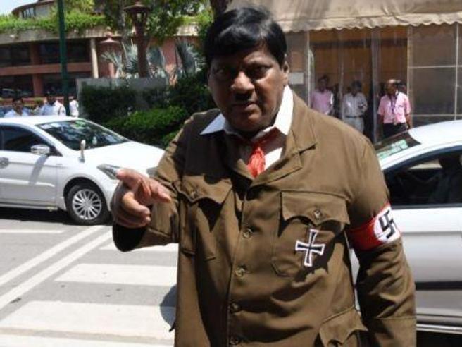 India, deputato in Parlamento vestito come Adolf Hitler per sfidare Modi