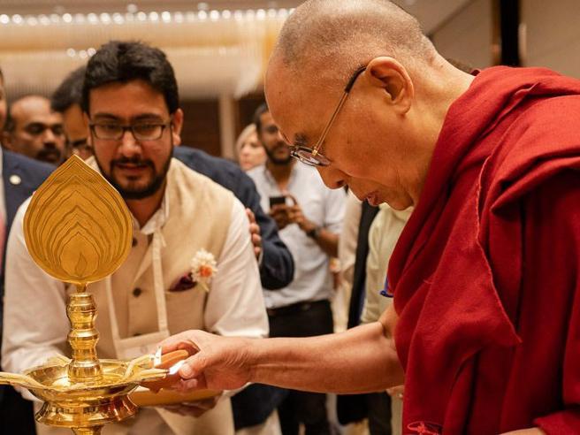 Il portavoce del Dalai Lama: «Sua Santità sta bene»