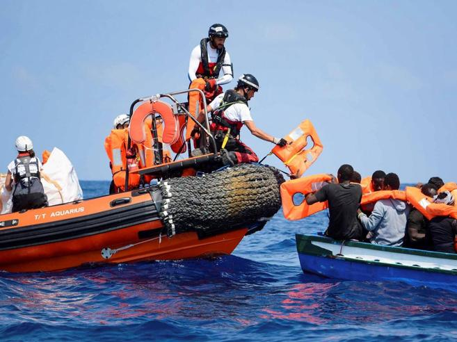 Aquarius accusa: «Migranti in difficoltà ignorati da cinque navi»