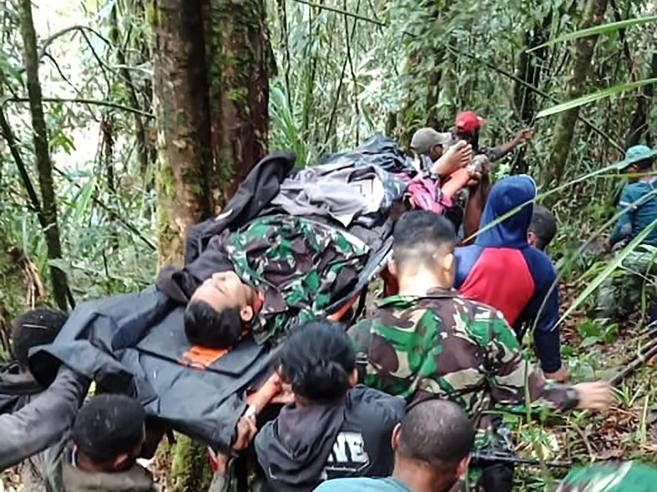 Indonesia, 12enne trovato vivo tra i rottami dell'incidente aereo Foto
