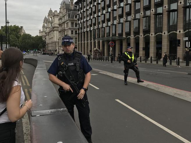 Londra, auto contro le barriere fuori dal Parlamento: feriti