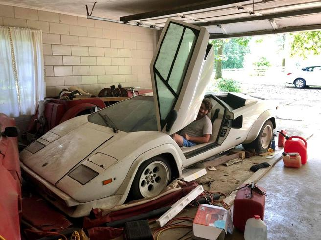 Eredita la casa del nonno e nel box trova una Lamborghini Foto