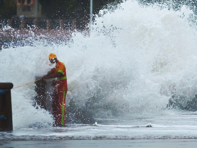 Tifone sulla Cina, venti e piogge torrenziali: 205 mila evacuati Foto