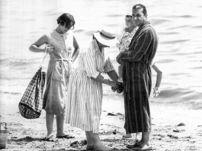 Le vacanze dei politici al mare ieri e oggi