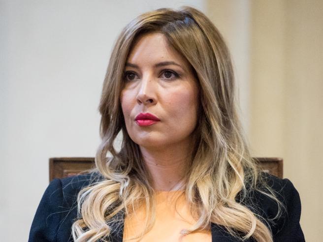 Selvaggia Lucarelli: «Mia mamma è sparita, sto tornando in Italia» video