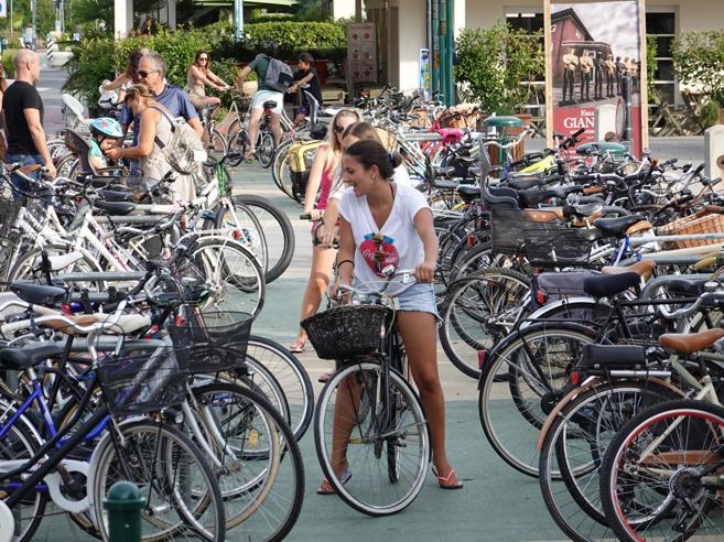 Forte dei Marmi litiga sulle biciclette: «Tolte le ciclabili»