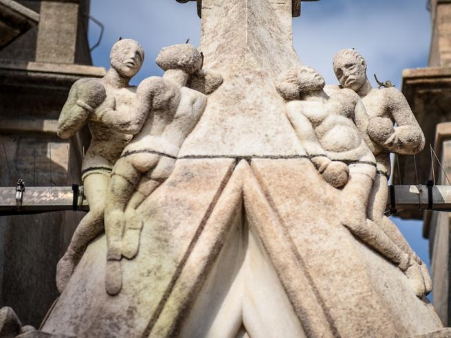 Duomo di Milano, gli «intrusi» tra le guglie: da Carnera al drago (e spunta anche Mussolini) Foto