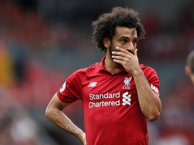 Salah guida con il telefonino, il Liverpool lo denuncia Guarda il video