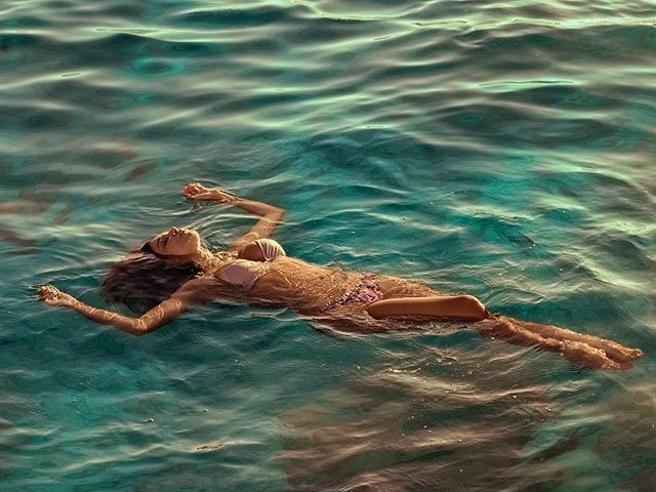 Belen Rodriguez, sirenetta a Ferragosto (in vacanza con Iannone)