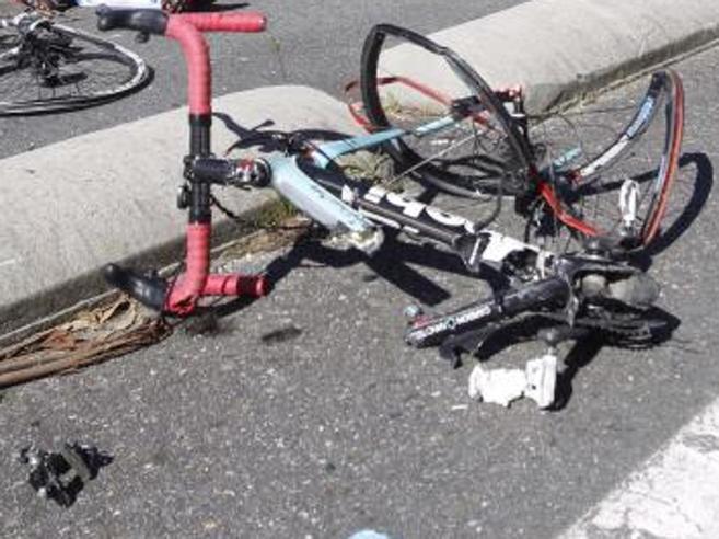 Auto pirata investe gruppo di ciclisti, sei feriti a Mantova
