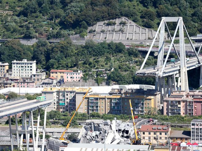 Crollo del ponte di Genova, Salvini attacca Atlantia ma poi
